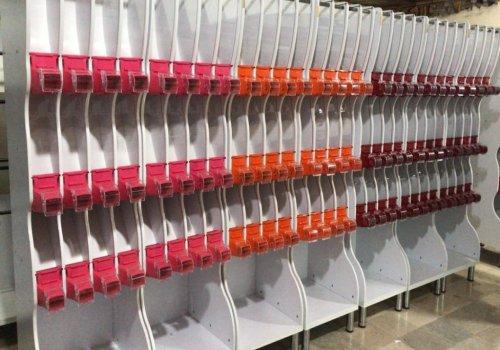 این استندها با دارا بودن رنگ طرح چوب، سفید، مشکی و همچنین رنگ شیرهای قرمز، نارنجی، سفید، مشکی، صورتی